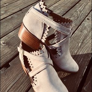 Light Taupe Bootie🌷with Scallop edge and Buckle🌷
